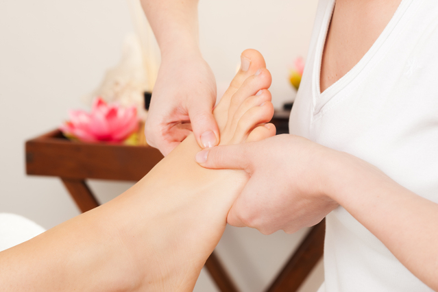 足の甲を指圧